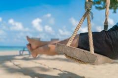 Kobiety noga na huśtawce przy tropikalną morze plażą obraz royalty free