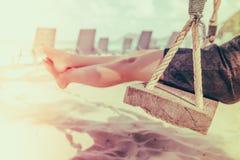 Kobiety noga na huśtawce przy tropikalną morze plażą - Filtrujący wizerunku proc zdjęcie stock