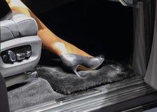 Kobiety noga w luksusowym samochodzie zdjęcie stock