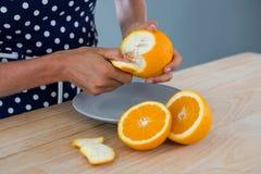 Kobiety obierania pomarańcze Obraz Royalty Free