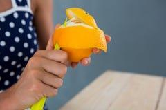 Kobiety obierania pomarańcze Obrazy Royalty Free