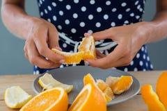 Kobiety obierania pomarańcze Obrazy Stock