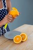 Kobiety obierania pomarańcze Zdjęcia Royalty Free