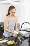Kobiety obmycia warzywa Obraz Stock