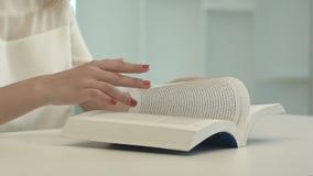 Kobiety obsiadania stołowa i czytelnicza książka zdjęcie wideo