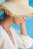 Kobiety obsiadanie basen stroną i ono uśmiecha się nad jej s Zdjęcia Royalty Free