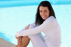 Kobiety obsiadanie blisko basenu zdjęcia royalty free