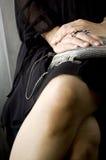 Kobiety obsiadanie krzyżować nogi Zdjęcie Royalty Free
