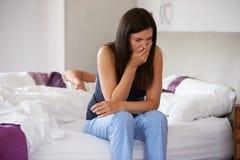 Kobiety obsiadanie Na łóżku I uczucie Cierpiący Fotografia Royalty Free