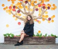 Kobiety obsiadanie na ławce, jesieni drzewa tło Obrazy Royalty Free