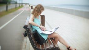 Kobiety obsiadanie na ławce na plaży używać laptop zbiory wideo