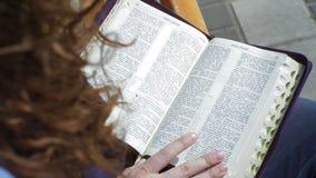 Kobiety obsiadanie na ławce w parkowych i czytelniczych książkach biblia zbiory