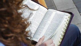 Kobiety obsiadanie na ławce w parkowych i czytelniczych książkach biblia zdjęcie wideo