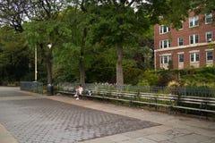 Kobiety obsiadanie na ławce, Brooklyn wzrostów deptak Zdjęcia Royalty Free