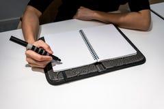 Kobiety obsiadanie na biurowym biurku i planowaniu fotografia royalty free