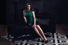Kobiety obsiadanie na kanapie Zdjęcia Stock