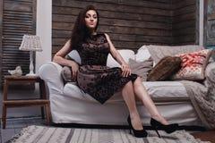 Kobiety obsiadanie na kanapie Zdjęcie Royalty Free