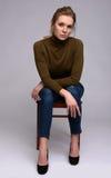 Kobiety obsiadanie na krześle fotografia stock