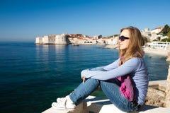 Kobiety obsiadanie na molu na Adriatyckim morzu Obrazy Royalty Free