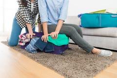 Kobiety obsiadanie na nadwaga i overfilled bagażu Zdjęcia Royalty Free
