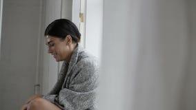 Kobiety obsiadanie na okno zbiory wideo