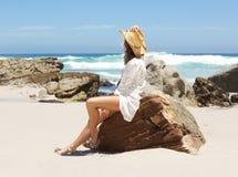 Kobiety obsiadanie na plażowym patrzejący morze Obrazy Stock