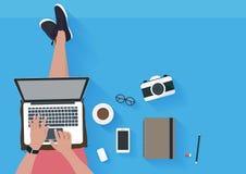 Kobiety obsiadanie na podłoga i działanie z laptopem Zdjęcia Stock