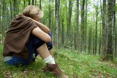 kobiety obsiadanie w drewnach kosztować świeżość las obraz royalty free