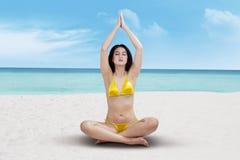 Kobiety obsiadanie w joga pozyci fotografia royalty free