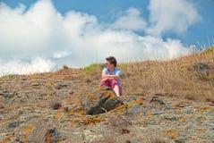 Kobiety obsiadanie w trawach na wzgórzu Fotografia Stock