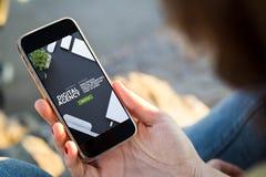 kobiety obsiadanie w ulicznym mieniu jej smartphone cyfrowy agenc Obraz Stock