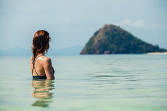 Kobiety obsiadanie w wodnej patrzeje wyspie Obraz Stock