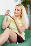 Kobiety obsiadanie z traktowaniem dla urazu Zdjęcie Stock