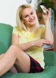 Kobiety obsiadanie z traktowaniem dla urazu Zdjęcia Stock