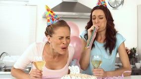 Kobiety odświętność i jej urodziny z przyjacielem zbiory wideo