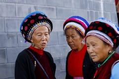 Kobiety od r??norodnych mniejszo?ci etnicznych Yunnan z ich tradycyjnym odziewaj? w rynku Zhoucheng wioska, Yunnan, Chiny obraz stock