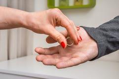 Kobiety oddawania obrączka ślubna jej były mąż fotografia royalty free