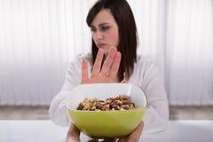 Kobiety odmawiania dokrętki jedzenie obrazy stock