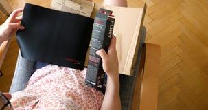 Kobiety odpakowania amazonki unboxing karton zdjęcie wideo