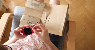 Kobiety odpakowania amazonki unboxing karton zbiory wideo