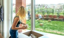 Kobiety odpakowania chodzenia pudełka zdjęcia royalty free