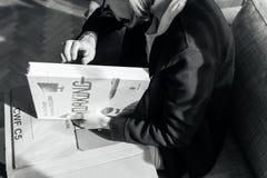 Kobiety odpakowania nowej książki kropki projekta Czerwony Yearbook fotografia royalty free