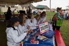 Kobiety Odpowiadają drużyny hokejowej Autographing zdjęcia royalty free