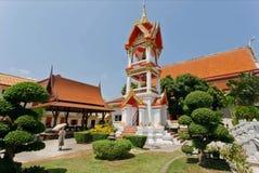 Kobiety odprowadzenia past stary dzwonkowy wierza dziejowa Wata Chalong świątynia Obraz Stock