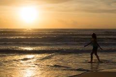 Kobiety odprowadzenie na plaży, światło słoneczne w ranku lata morzu Zdjęcie Stock