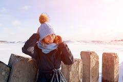 Kobiety odprowadzenie na zamarzniętym morzu zdjęcia stock