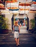 Kobiety odprowadzenie pod parasolami w pogodnej tropikalnej ulicie Zdjęcie Stock
