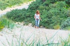 Kobiety odprowadzenie przez piasek diun Zdjęcia Royalty Free