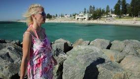 Kobiety odprowadzenie przy Cottesloe plażą zbiory