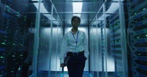 Kobiety odprowadzenie wśród serwerów stojaków zdjęcie wideo